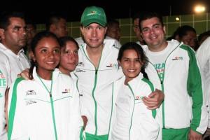 El gobernador Manuel Velasco Coello y el titular de la Juventud y Deporte Carlos Penagos, se tomaron la foto con los deportista