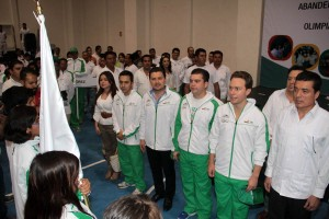 Momentos de la entrega del banderin a la delegación chiapaneca que participará en la Olimpiada Nacional 2013