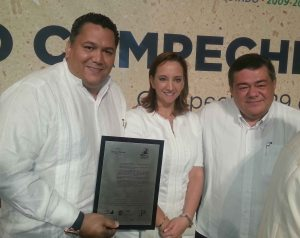 Dip Neftali Del Toro entrega premio en Campeche