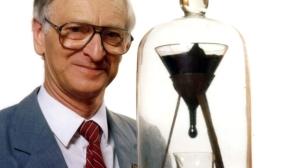 gota-de-brea-experimento-1927-professor-john-mainstone-universidad-de-queensland-australia